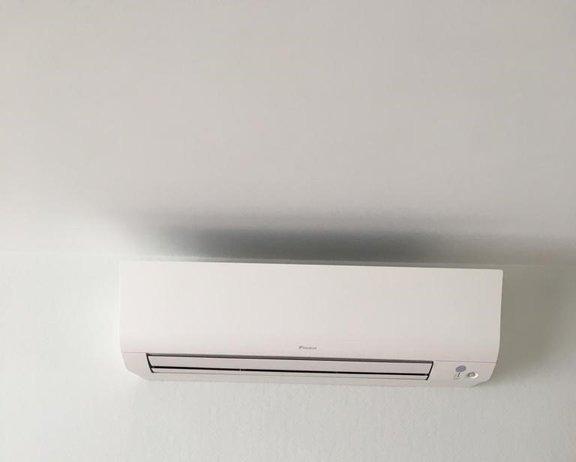 Realisatie Daikin Comfora airco warmtepomp luchtlucht bestaande uit 1 buitenunit en 2 binnenunits te Poederlee