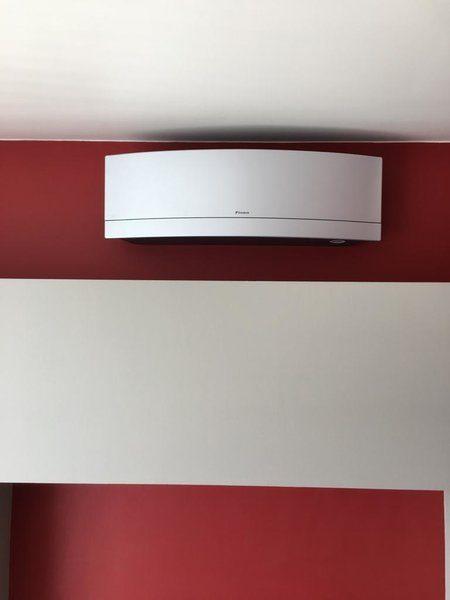 Realisatie Daikin Emura airco warmtepomp luchtlucht bestaande uit 1 buitenunit en 2 binnenunits te Gingelom
