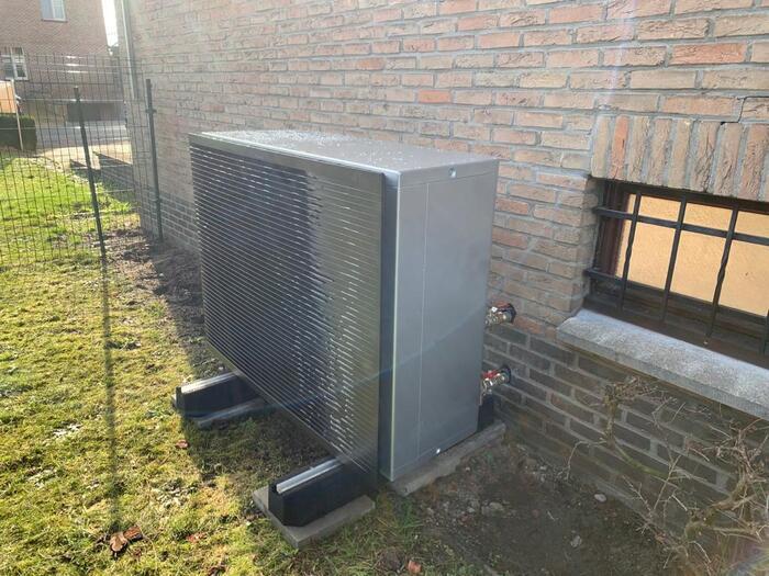 Totaalproject Daikin Altherma luchtwater warmtepomp HT - 18 Kw en 41 zonnepanelen Qcells 315 Wp Full BLack met Huawei Omvormer te Houthalen