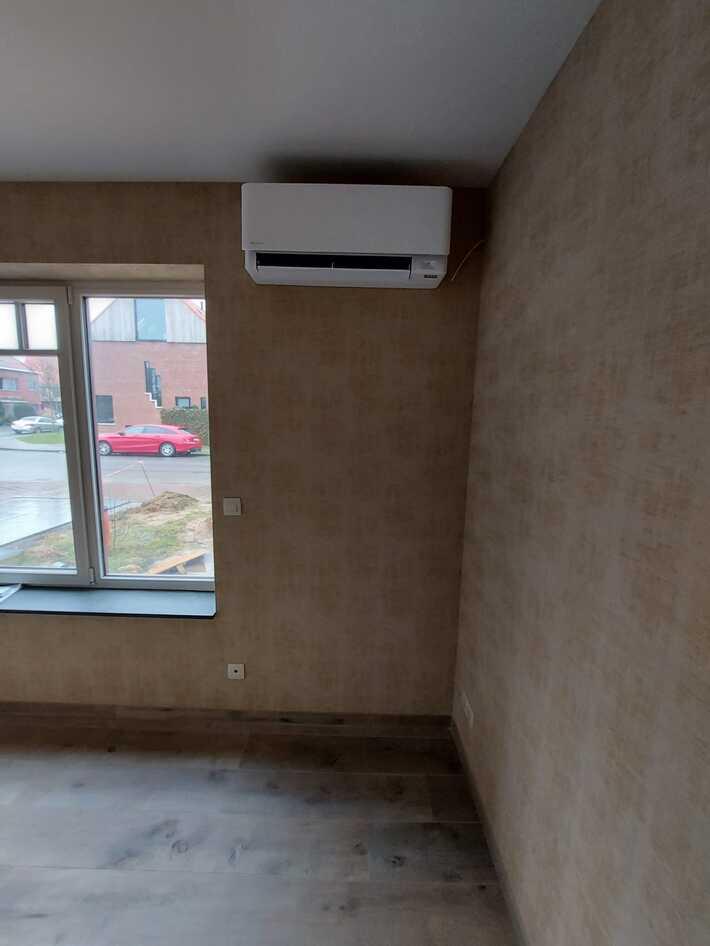 Realisatie Daikin multisplit aircowarmtepomp met 5x Stylish wit + zwart binnenunits te Edegem